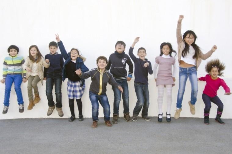 日本語補習する小学生たち